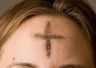Cruz de ceniza sobre una frente cristiana en Miércoles de Ceniza.