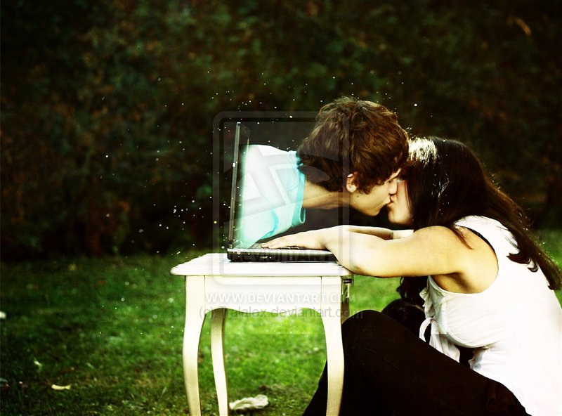 Chico besa a chica a través de la computadora